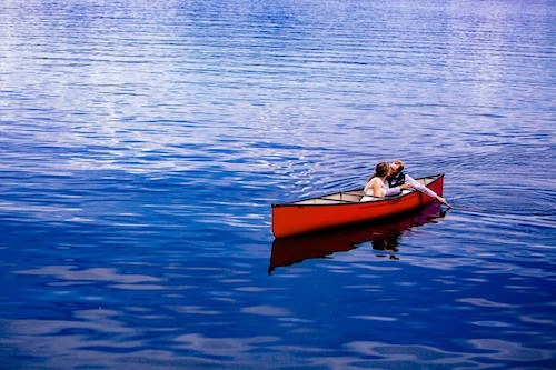 canoe wedding photo ideas by kelowna wedding photographer tailored fit photography | couple kissing in canoe newlywed