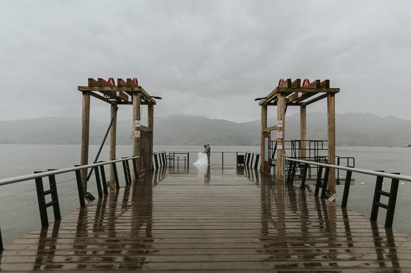 rainy day wedding - bridal party umbrellas - rainy wedding photos - wet wedding photo ideas - gorgeous rainy wedding photos - canadian wedding photography